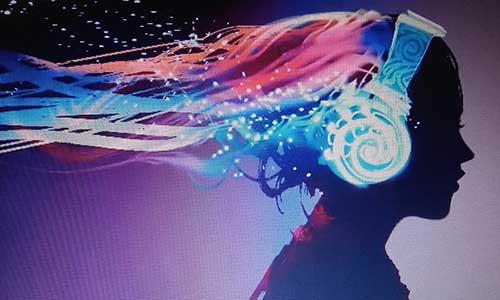 Zenét hallgató lány